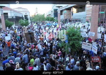 Phoenix, Arizona, USA. Août 22, 2017. Les manifestants participer à une manifestation aux portes du centre de conventions Banque D'Images