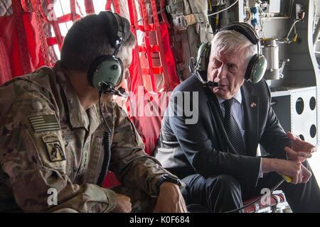 Le secrétaire américain à la Défense, James Mattis, droite, s'entretient avec le lieutenant général de l'ARMÉE AMÉRICAINE Stephen Townsend, le commandant de la Force Opérationnelle Interarmées inhérent au cours de l'opération de résoudre un tour en hélicoptère à 22 août 2017 réunions, à Bagdad, Iraq.