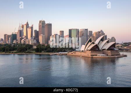 Sydney Skyline tôt le matin avec le lever du soleil à l'aube de l'Opéra de Sydney et Sydney Harbour Australie Banque D'Images