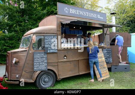 Les personnes vendant des pizzas à partir d'une vieille citroen van et un four à pizza à un festival alimentaire Food Festival de Swansea au Pays de Galles Cymru UK GO
