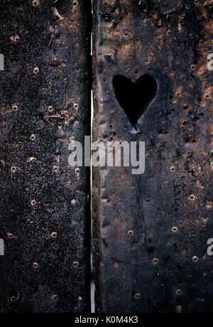 Coeur sur vintage metal surface. Le jour de la Saint-Valentin. Banque D'Images