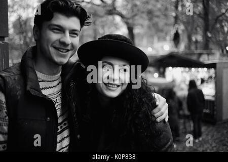 Jeune couple amoureux faire une promenade Banque D'Images