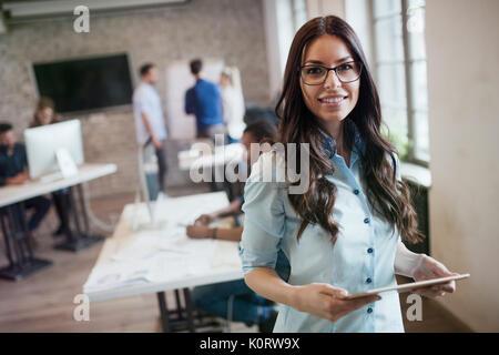 Portrait de jeune belle femme designer holding tablet