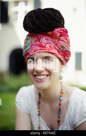Jeune Femme A La Coiffure Rasta Et Turban S Appuyant Sur Un Arbre