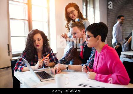 Groupe de jeunes architectes working on laptop Banque D'Images