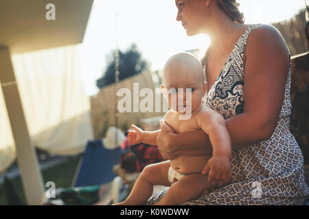 Portrait of happy mother holding her baby Banque D'Images
