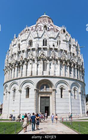 La province de Pise, Pise, Toscane, Italie. Le Baptistère dans le Campo dei Miracoli, ou le Champ des Miracles. Banque D'Images