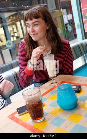 Les jeunes adolescentes dans cafe Banque D'Images