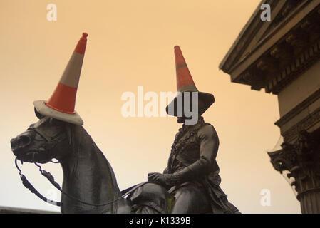 Musée d'art moderne de Glasgow ou goma avec la célèbre statue de Wellington avec tête conique ciel poussière pluie coucher de soleil