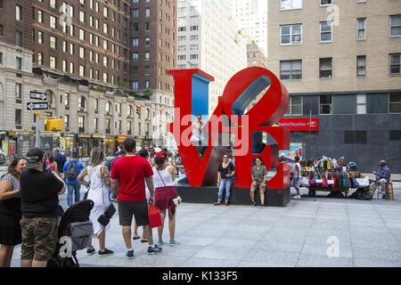 Les gens ligne constamment jusqu'à se faire photographier en face de Robert Indiana's Love Sculpture, une pièce Banque D'Images
