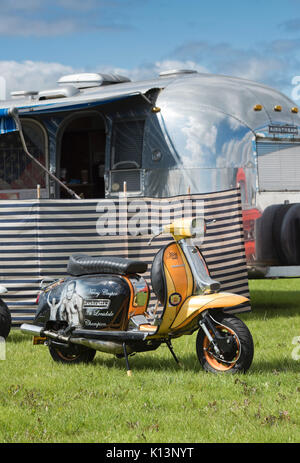 Lambretta scooter personnalisé en face d'un Américain lors d'une caravane Airstream vintage retro festival. UK Banque D'Images