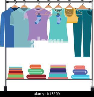 Silhouette colorée de porte manteau avec t-shirts et pantalons sur des cintres et plier les vêtements à bas Banque D'Images