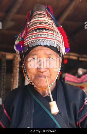 Closeup portrait de vieille femme païenne une tribu Lisu fumant une pipe. Banque D'Images