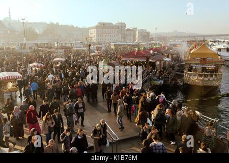 La place d'Eminonu bondé, Istanbul, Turquie. Photographié avec Canon EOS 5D Mark III en RAW 16bit. Banque D'Images