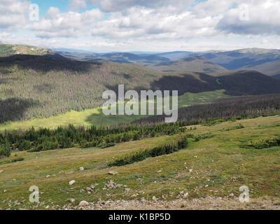 L'été dans le Parc National des Montagnes Rocheuses dans le Colorado. Puffy blanc nuages ombres sur les montagnes Banque D'Images