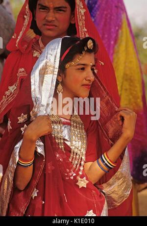 Couple Rajasthani festival en robe, Pushkar Camel & Cattle juste, Rajasthan, Inde Banque D'Images