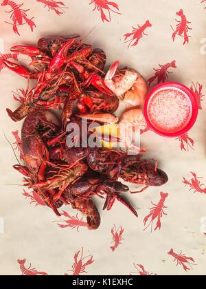 Close up image of chaud fraîchement bouillie Langoustes et crevettes de Louisiane