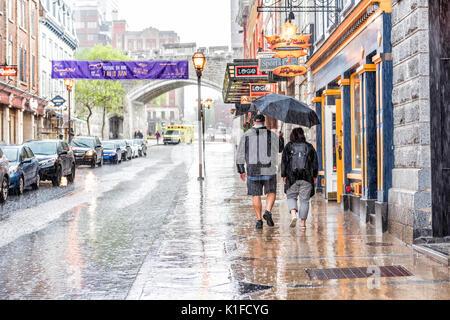 La ville de Québec, Canada - 31 mai 2017: rue de la vieille ville Saint-Jean lors de fortes pluies avec des gouttes Banque D'Images