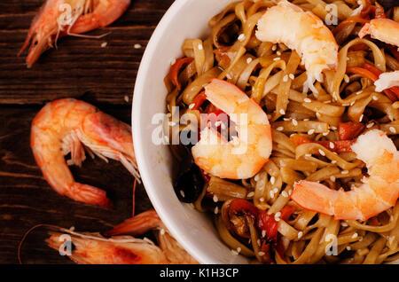 Nouilles chinoises aux crevettes dans la sauce de soja et de légumes, horizontal Vue de dessus Banque D'Images