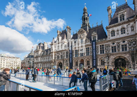 Hôtel de Ville en hiver, avec patinoire saisonnière à Paris, France