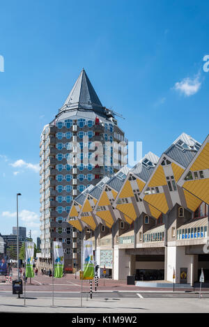 Blaaktoren Tour et maisons Cube, cube architecture, architecte Piet Blom, Blaak, Rotterdam, Hollande, Pays-Bas Banque D'Images