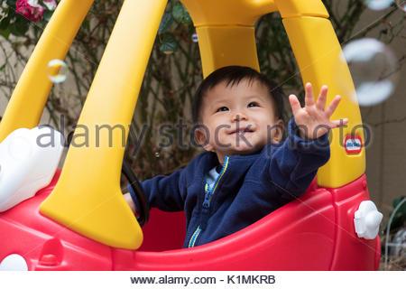 1 ans Bébé garçon asiatique ayant l'Amusement Jouer Bubbles Banque D'Images
