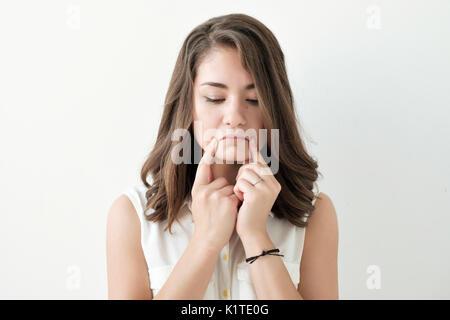 Closeup portrait émotionnel triste caucasian girl Banque D'Images