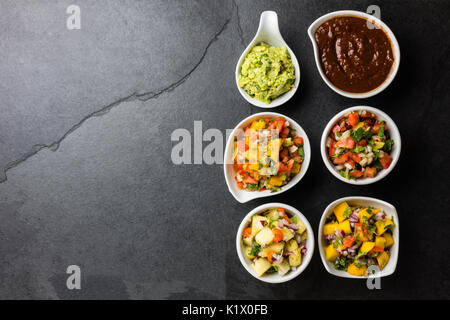 Mexicain célèbre traditionnel sauces chili chocolat mole poblano, pico de gallo, l'avocado guacamole, salsa bandera, Banque D'Images