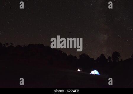 Camping sous les étoiles et la voie lactée Banque D'Images