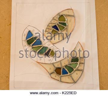 Travail en cours avec des formes numérotées vitraux et sea glass art travailler sur un travail de sélection en utilisant Banque D'Images