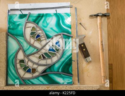 Travaux en cours en vitraux et sea glass art à l'aide du cordon fourni. Conseil Travail avec le plomb est venu, Banque D'Images