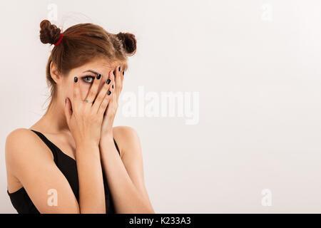 Choqué triste fille couvrir son visage sur fond blanc avec copie espace Banque D'Images