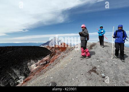 Trois jeunes femmes touristes marcher sur le sentier de randonnée de montagne sur le cratère au sommet du volcan Banque D'Images