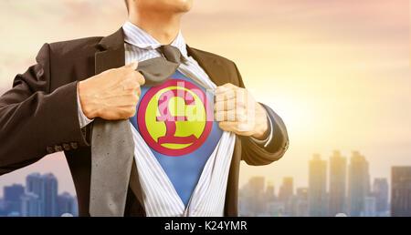 Businessman in superhero costume avec la livre sterling du service et de la ville historique Banque D'Images
