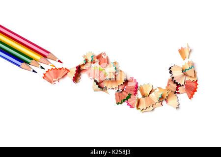 Capture d'un grand angle d'un tas de crayons de couleurs différentes et une pile de copeaux en forme d'éventail Banque D'Images
