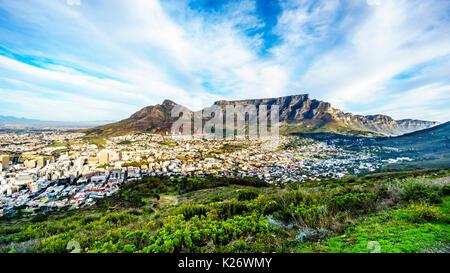 Soleil sur le cap, Table Mountain, Devils Peak, Lions Head et les douze apôtres. Vue depuis la route à Signal Hill Banque D'Images