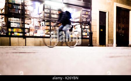 Les gens qui marchent dans la rue, nuit à Turin Italie Banque D'Images