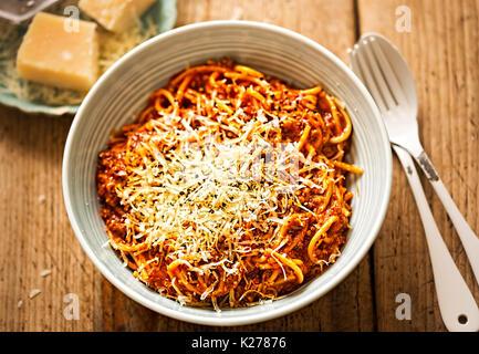 Spaghettis à la bolognaise avec du bœuf haché, sauce tomate, parmesan râpé Banque D'Images