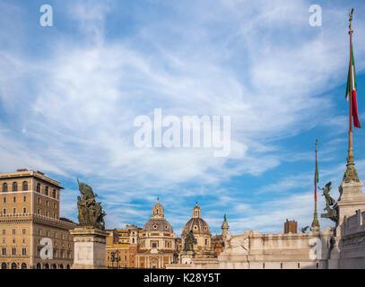 Vue panoramique de la place de Venise avec l'Altare della Patria, monumento Vittorio Emmanuele II, la colonne Trajane, Banque D'Images