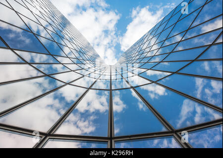 Ciel bleu et les nuages blancs se reflétant dans un édifice de verre Banque D'Images