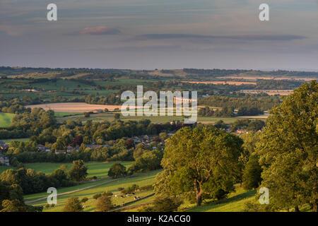Vue sur la haute vallée ensoleillée Wharfe, avec piscine à Wharfedale village & Arthington viaduc dans un paysage Banque D'Images