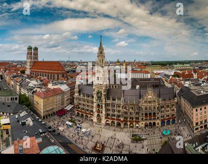 Sur les toits de la ville avec la cathédrale Frauenkirche et nouvel hôtel de ville ou Neues Rathaus, Munich, Bavière, Banque D'Images