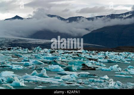 Icebergs flottant dans le lac glaciaire Jokulsarlon - Islande Banque D'Images