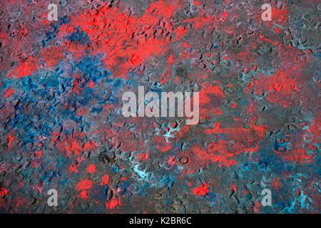 Août 2017 carnaval de Notting Hill. La surface de la route marqués de rouge et bleu de la peinture en poudre, le Banque D'Images
