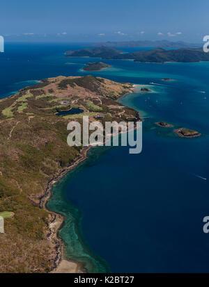 Vue aérienne de l'île de dent avec Hamilton Island dans l'arrière-plan, Whitsundays, Queensland, Australie. Novembre Banque D'Images