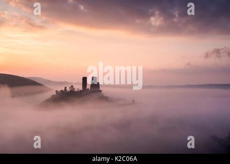 Château de Corfe et village à l'aube avec brouillard, Corfe Castle, l'Purbecks, Dorset, UK. Septembre 2014. Banque D'Images