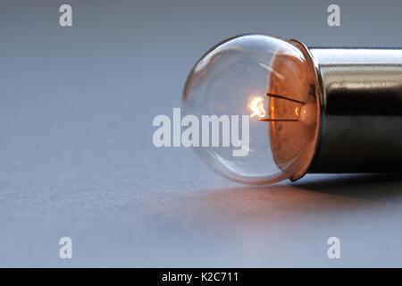 Lampe Vintage sur fond gris. Filament incandescent de près. Soft focus, copy space Banque D'Images