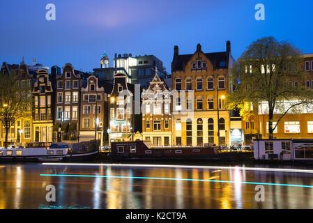 Amsterdam, Pays-Bas - 21 Avril 2017: voir les canaux d'Amsterdam et les digues le long de la nuit. Banque D'Images