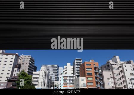D'un viaduc sur l'autoroute Shuto ferme pout le ciel au-dessus d'une vue sur les immeubles à appartements près de Banque D'Images