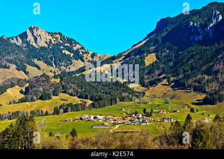 Paysage de la région de La Gruyère avec la localité d'Estavannens, Bösingen, Canton Friborg, Suisse